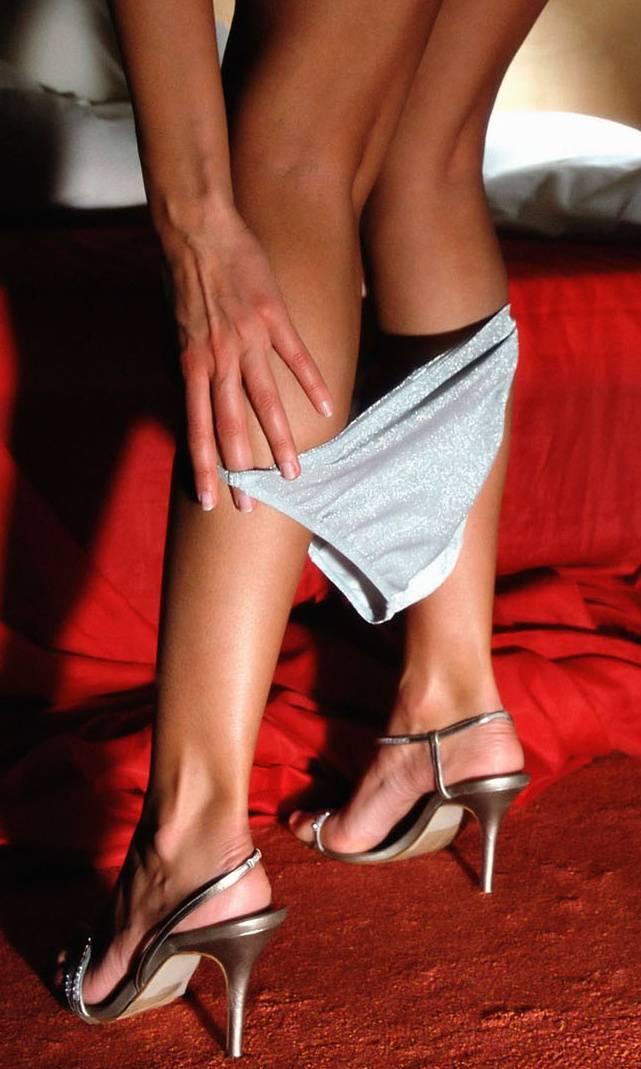 смущенные трусики на ногах фото - 11