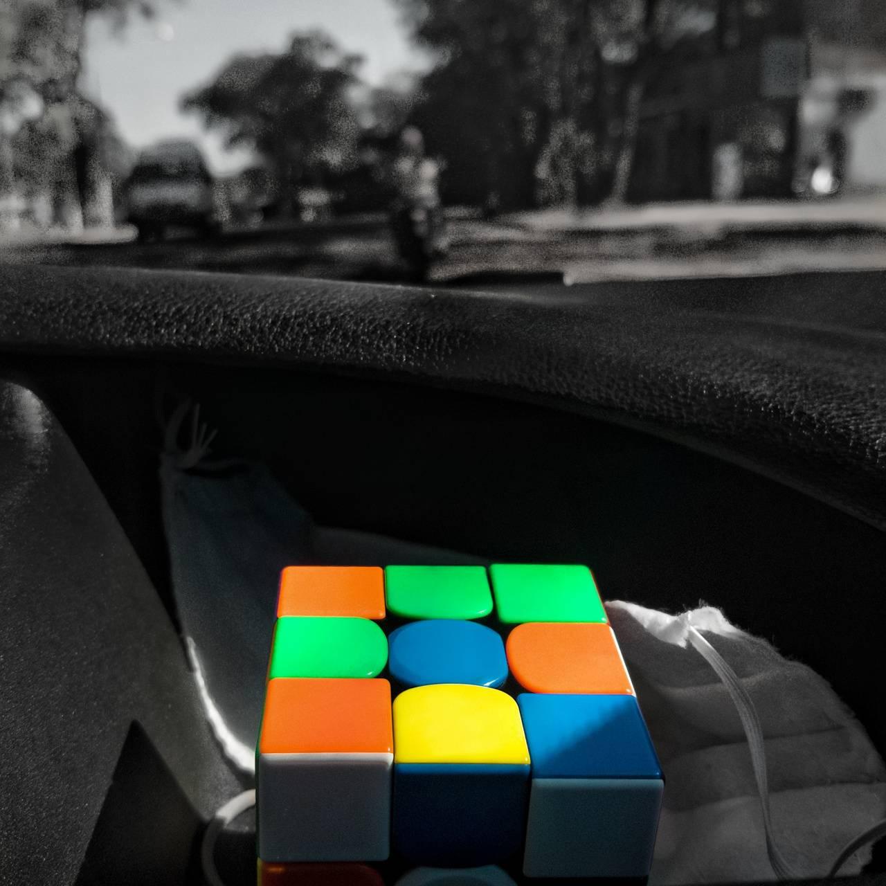 Cubo Rubik on Car