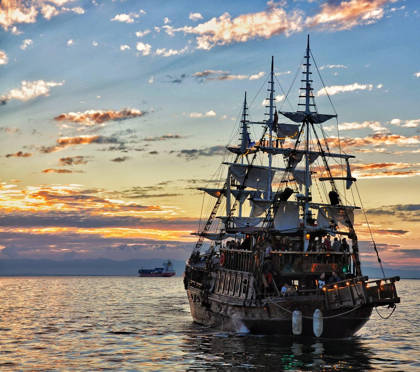 временем пиратский корабль фото высокого разрешения поверхность
